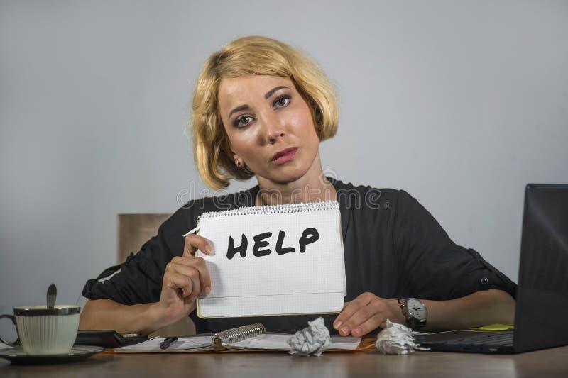 Funcionamento bonito e forçado novo da mulher de negócio oprimido e comprimido na mesa do laptop do escritório que pede o feeli d foto de stock royalty free