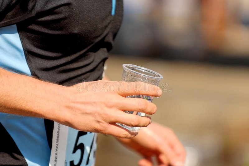 Funcionamento com copo da água imagens de stock royalty free