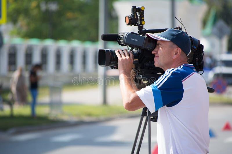 Funcionamento da câmara de vídeo do operador da câmara de vídeo fotografia de stock royalty free