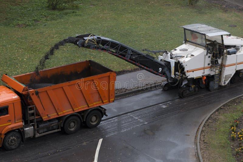 Funcionamento da construção de estradas Máquina de trituração da estrada foto de stock