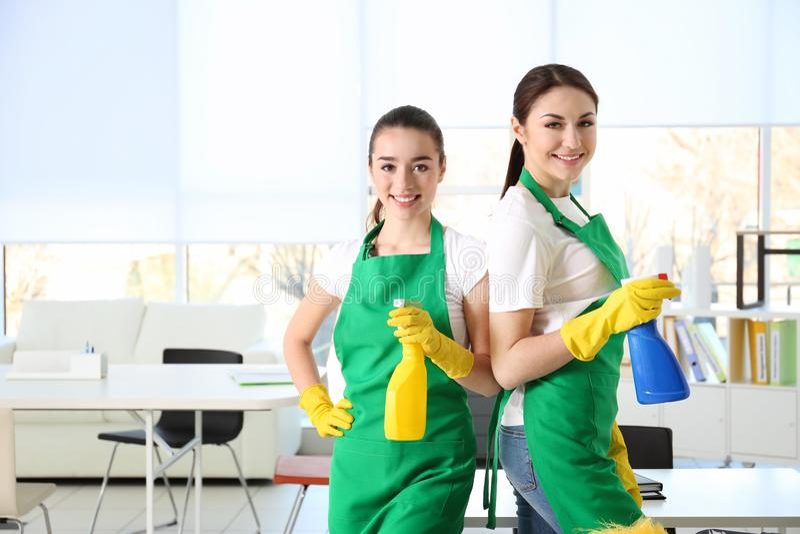 Funcionamento da equipe do serviço da limpeza foto de stock