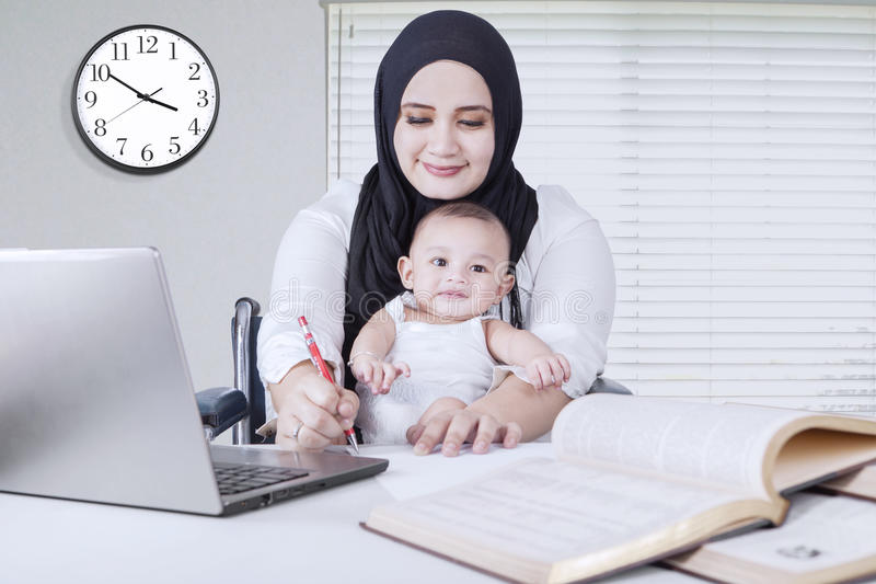 Funcionamento da mamã quando posses seu bebê foto de stock