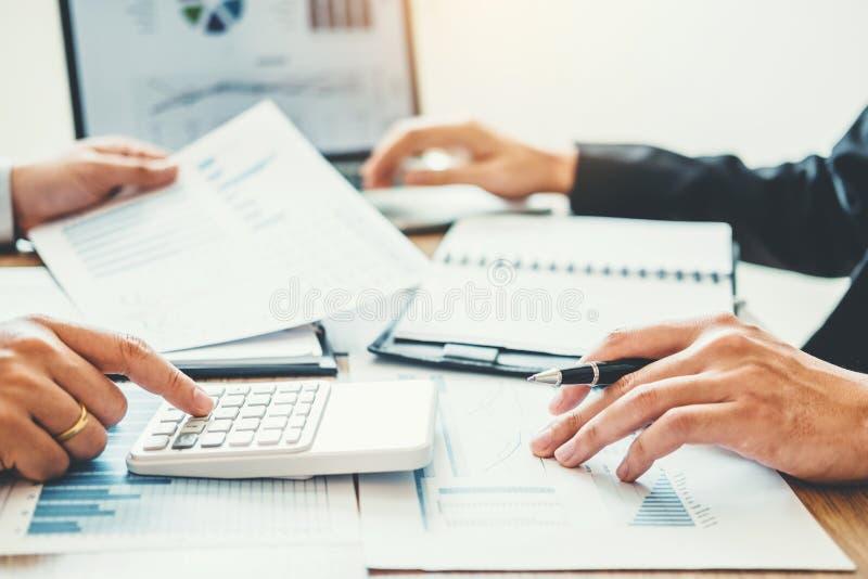 Funcionamento de consulta da reunião da equipe do negócio e conceituar o conceito novo do investimento da finança de projeto do n foto de stock