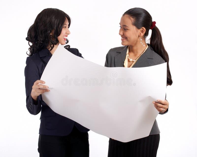 Funcionamento de duas mulheres de negócios foto de stock royalty free