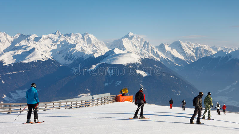 Funcionamento de esqui nas dolomites foto de stock