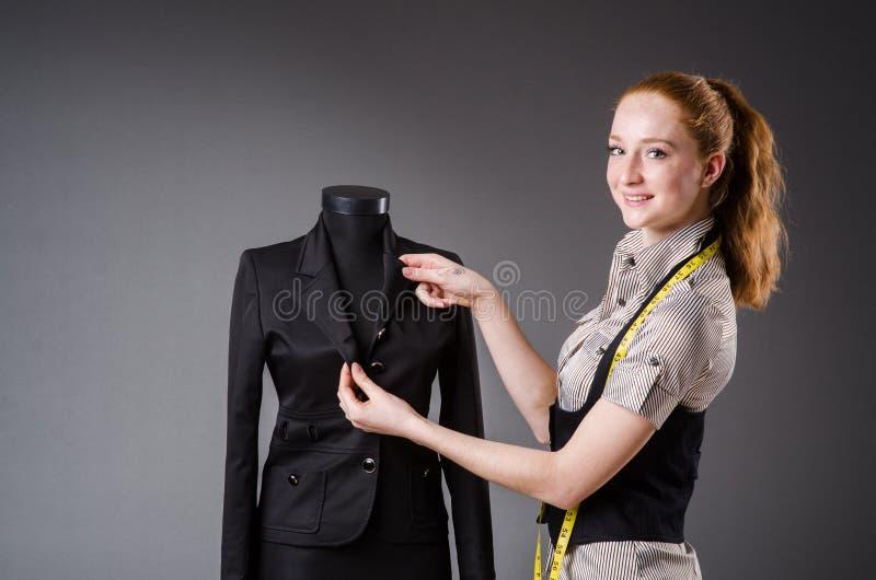 Funcionamento do alfaiate da mulher imagem de stock