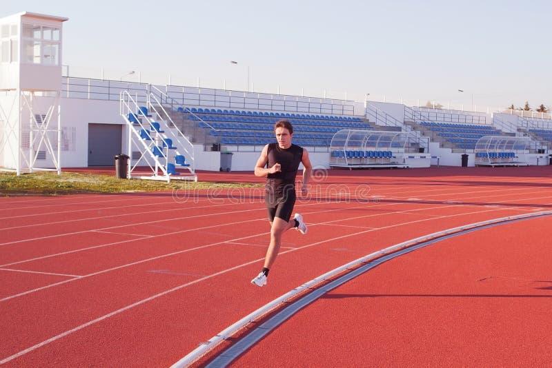 Funcionamento do atleta do homem. fotos de stock