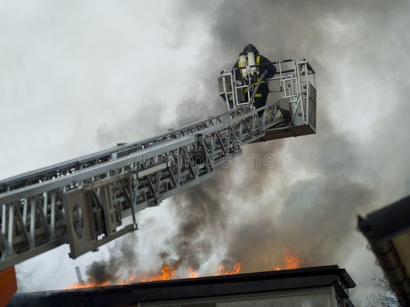 Funcionamento do bombeiro imagens de stock
