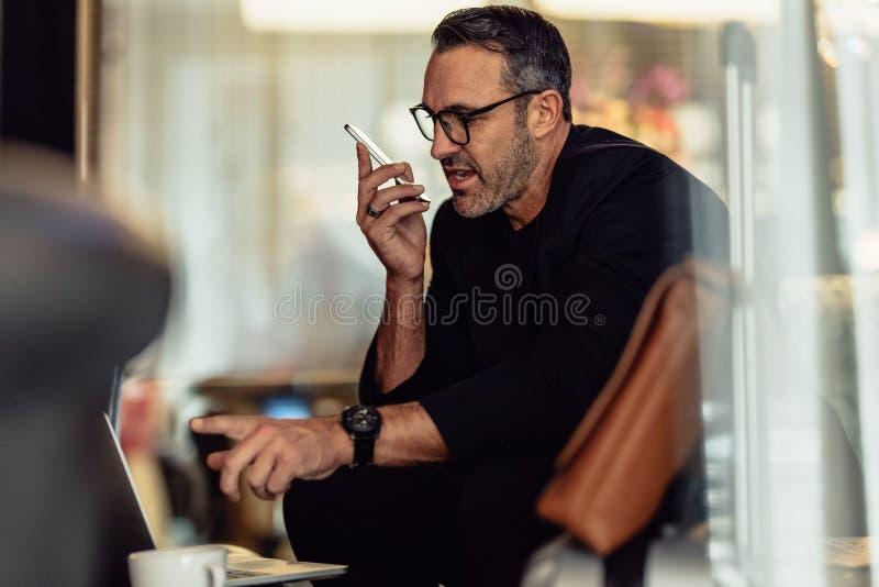 Funcionamento do CEO ao sentar-se no vestíbulo do hotel fotos de stock