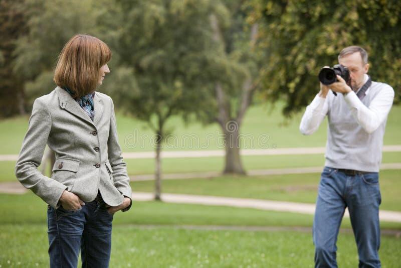 Funcionamento do modelo e do fotógrafo foto de stock
