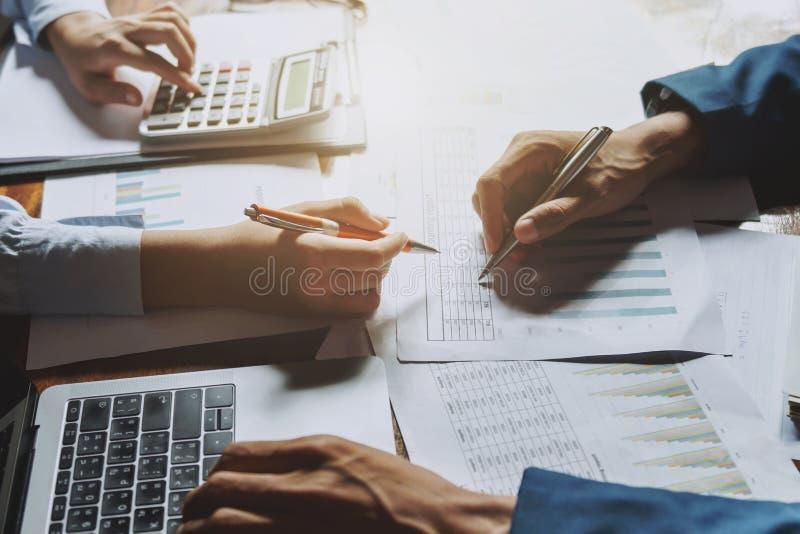 funcionamento do negócio dos trabalhos de equipe no conceito de contabilidade da mesa financeiro no escritório fotografia de stock