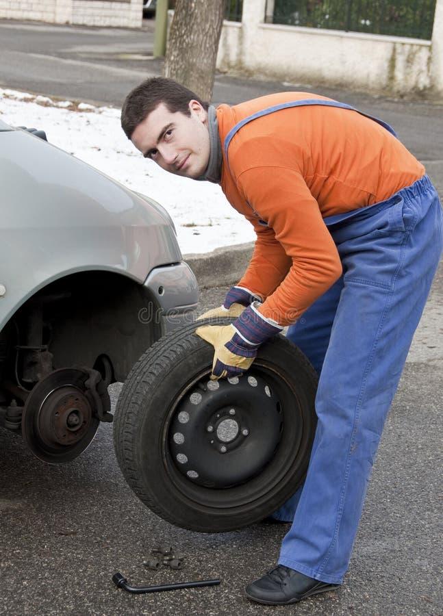 Funcionamento do repairer do pneu foto de stock
