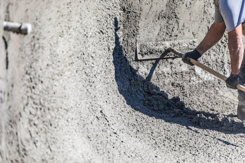 Funcionamento do trabalhador da constru??o da associa??o com um Bullfloat no concreto molhado foto de stock royalty free