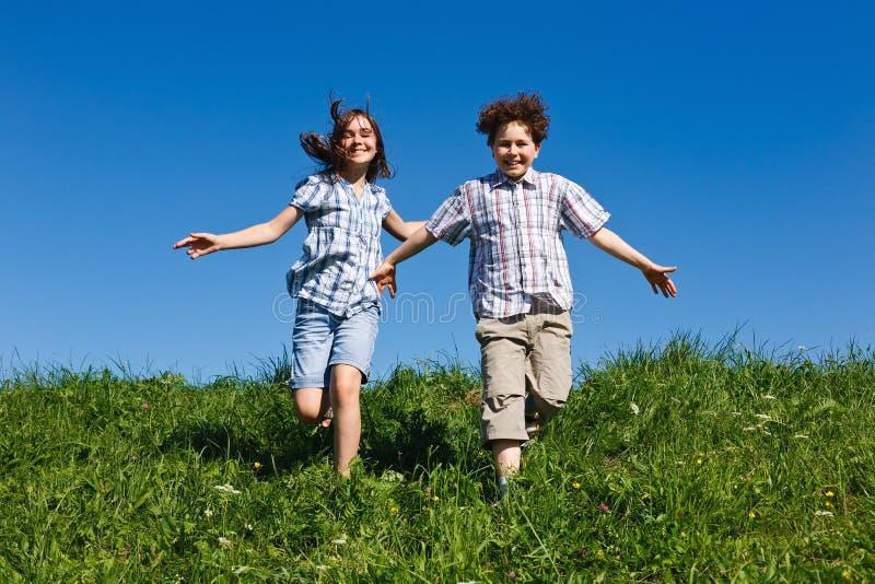 Funcionamento dos miúdos ao ar livre imagem de stock royalty free