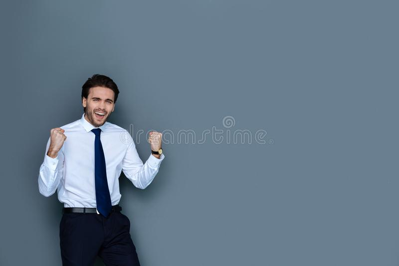 Funcionamento emocional alegre do homem de negócios foto de stock