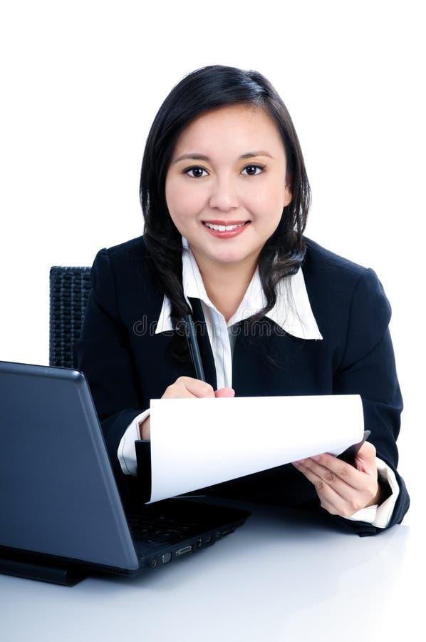 Funcionamento feliz da mulher de negócios foto de stock royalty free