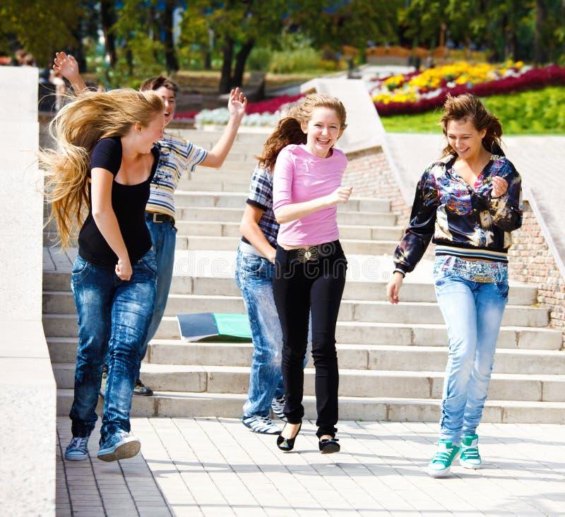 Funcionamento feliz dos adolescentes imagem de stock
