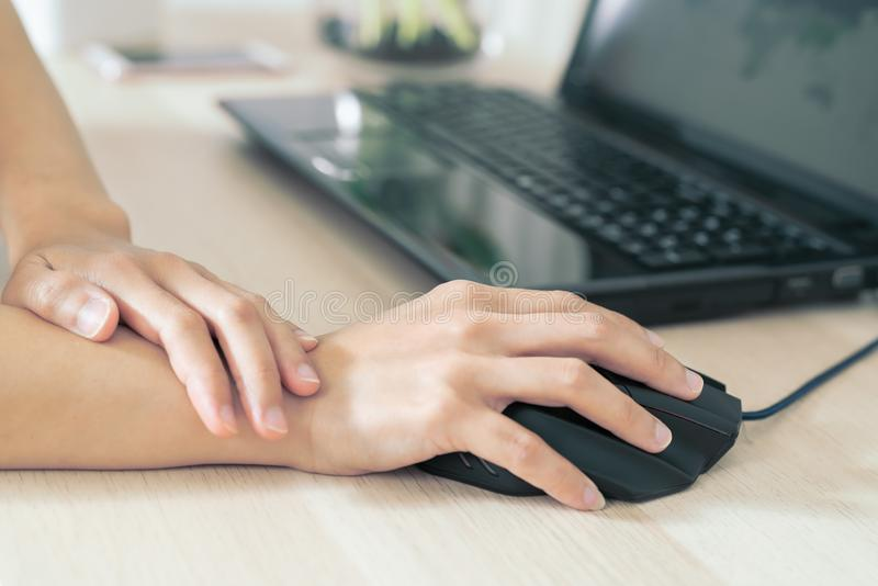 Funcionamento longo do rato do uso da dor do braço do pulso da mulher cuidados médicos da síndrome do escritório e conceito da me fotografia de stock