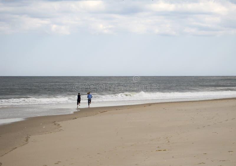 Download Funcionamento na praia imagem de stock. Imagem de mulher - 110731