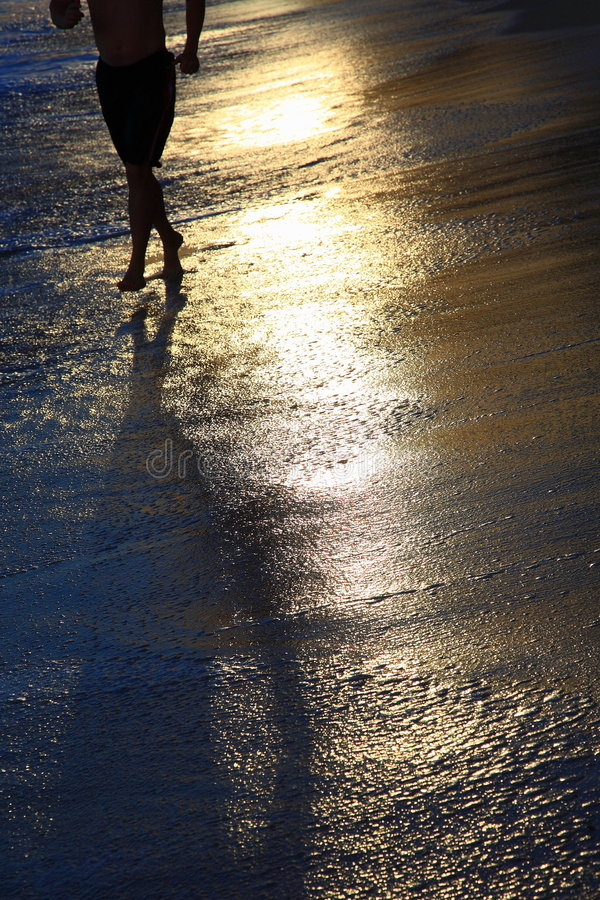Funcionamento na praia dourada foto de stock royalty free