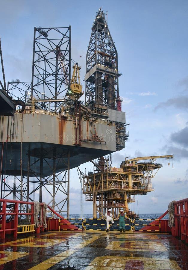Funcionamento a pouca distância do mar na plataforma fotos de stock