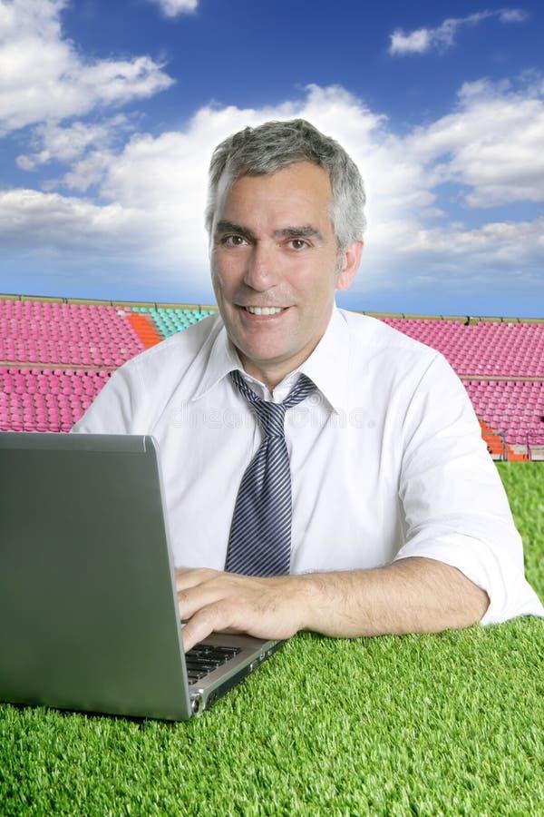 Funcionamento sênior na grama no curso do esporte foto de stock royalty free
