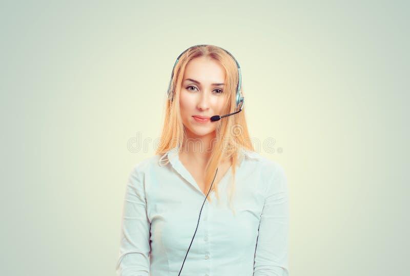 Funcionamento vestindo dos auriculares da mulher como o operador imagem de stock