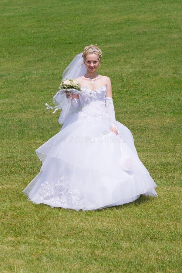Funcionamentos felizes da noiva ao noivo fotos de stock