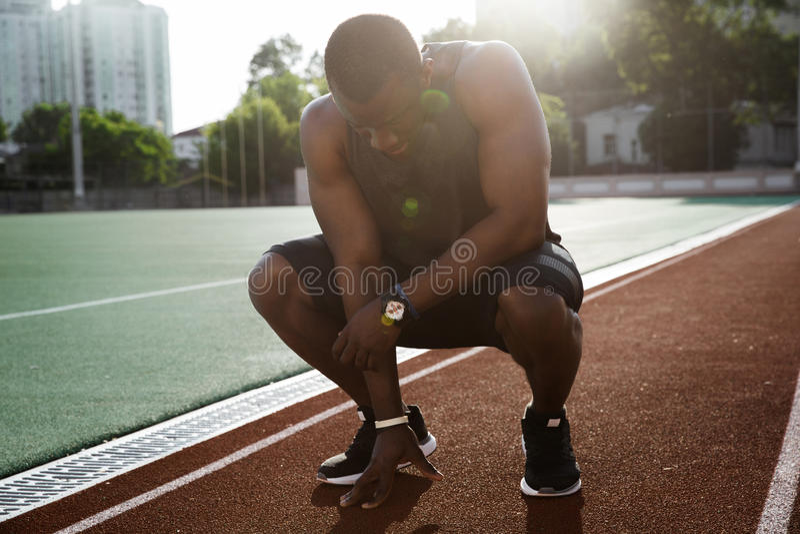 Funcionamiento acabado atleta de sexo masculino africano cansado joven fotos de archivo libres de regalías