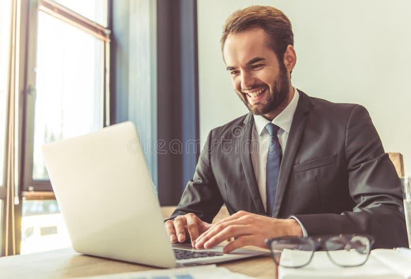 Funcionamiento atractivo del hombre de negocios foto de archivo libre de regalías