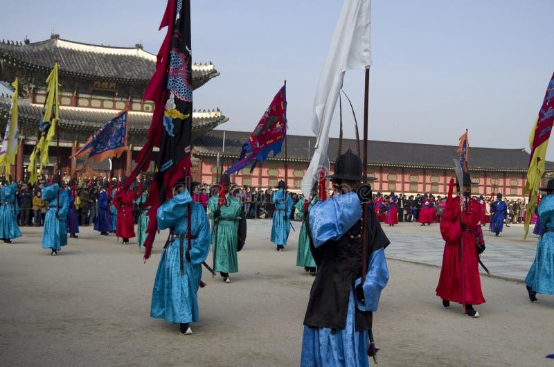 Funcionamiento cambiante de los guardias en el palacio Corea de Gyeongbokgung fotografía de archivo libre de regalías