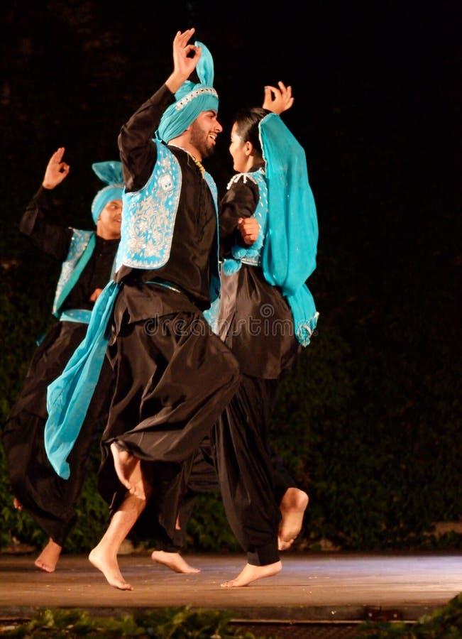 Funcionamiento clásico de la etapa de la danza de los pares indios foto de archivo libre de regalías