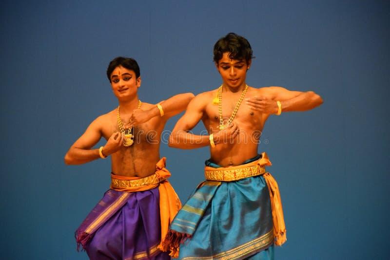 Funcionamiento clásico masculino indio de la danza fotos de archivo libres de regalías