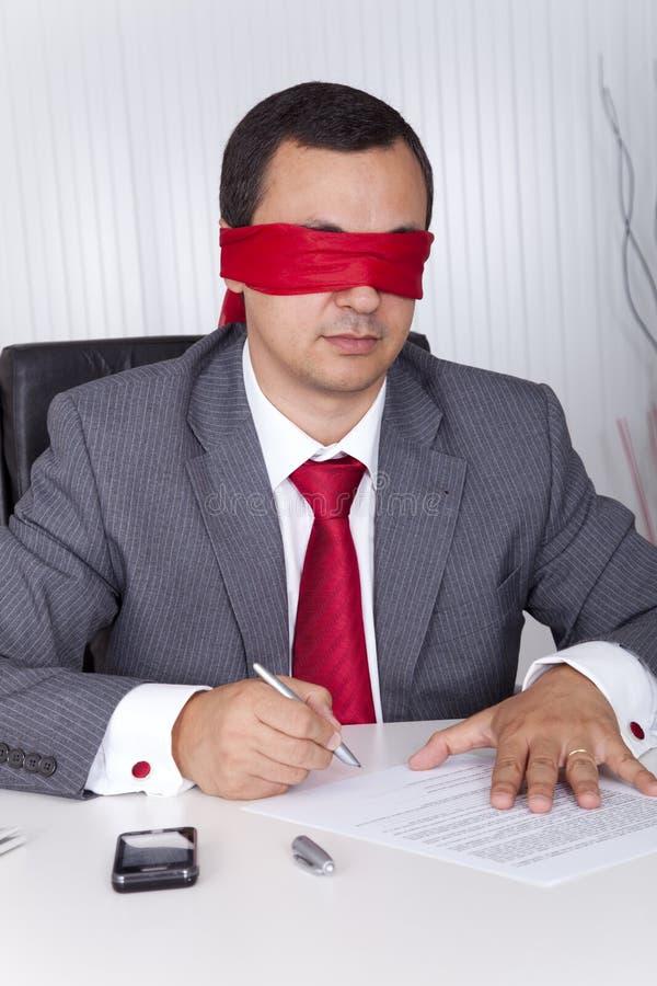 Funcionamiento con los ojos vendados del hombre de negocios fotografía de archivo