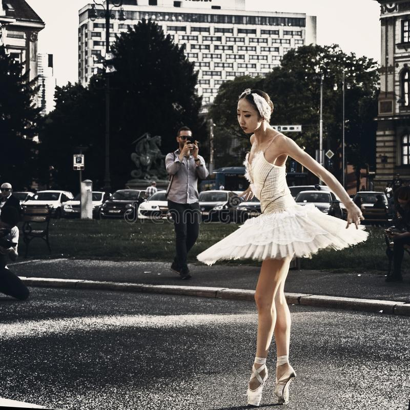 Funcionamiento de aire abierto del bailarín de ballet imagen de archivo libre de regalías