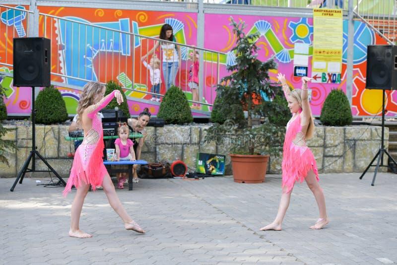 Funcionamiento de bailarines jovenes Un grupo de bailarines jovenes en público baile en el aire abierto Bailarines jovenes de lev foto de archivo