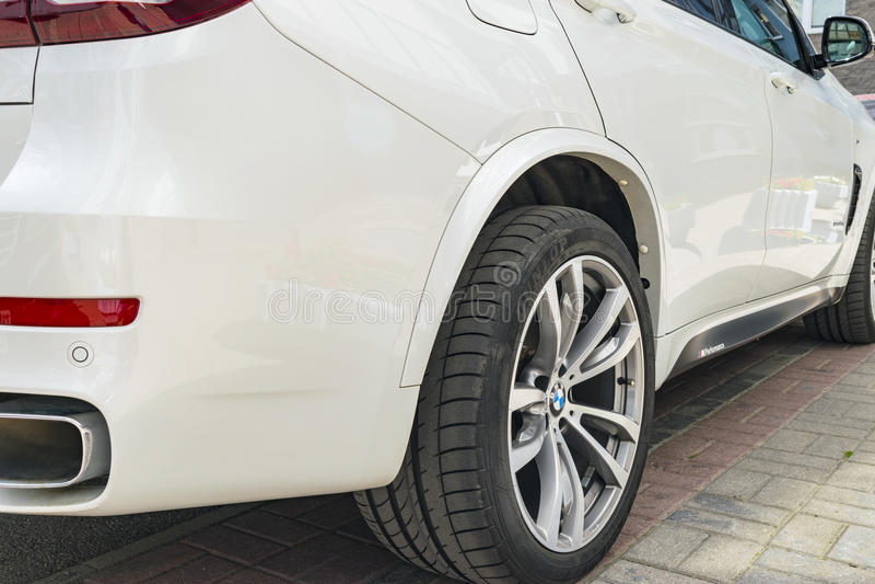 Funcionamiento de BMW F15 X5 M Rueda del neumático y de la aleación Vista lateral de un coche deportivo de lujo moderno blanco De fotografía de archivo libre de regalías
