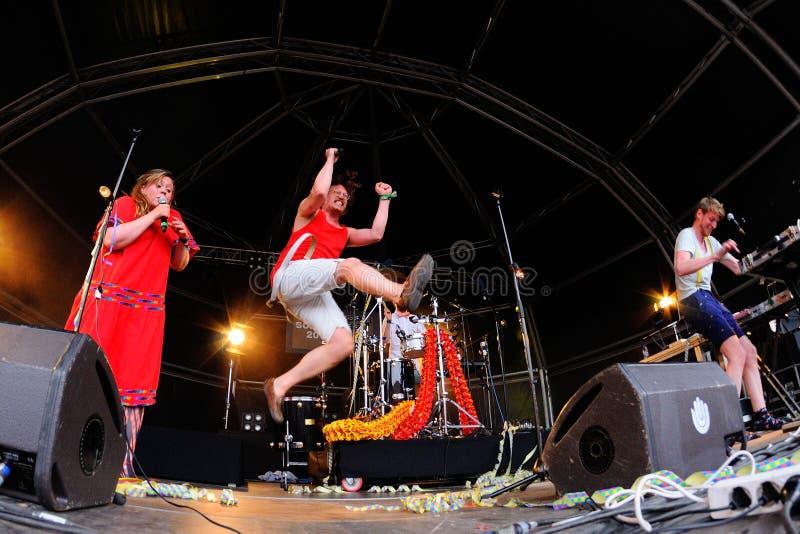 Funcionamiento de FM Belfast (electro banda de estallido) en el festival del sonar fotografía de archivo