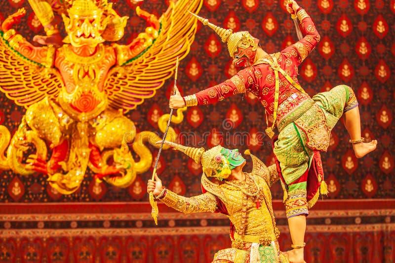 Funcionamiento de Khon, la batalla entre gigante y malvado en literatura la epopeya de Ramayana Khon es juego enmascarado clásico fotografía de archivo