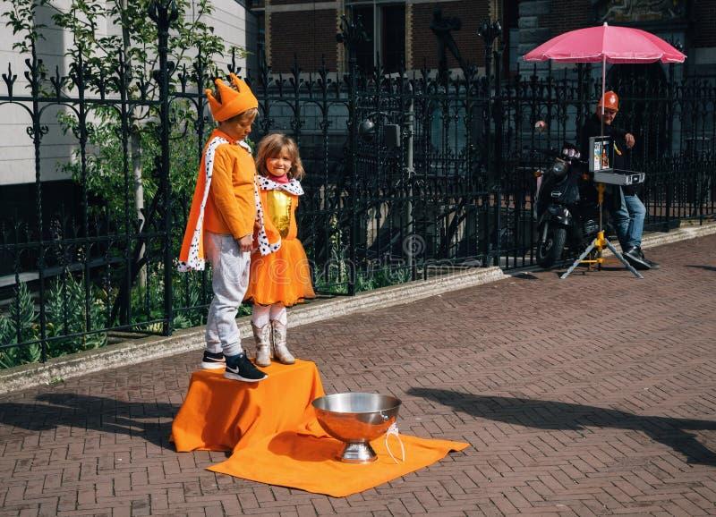 Funcionamiento de la calle el día del rey en Amsterdam imagen de archivo libre de regalías