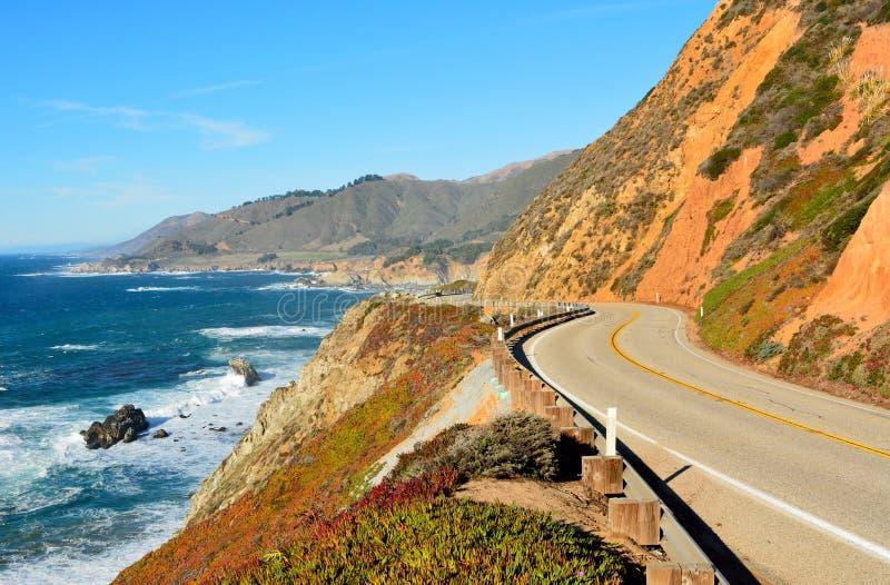 Funcionamiento de la carretera 1 a lo largo de la Costa del Pacífico en California imágenes de archivo libres de regalías