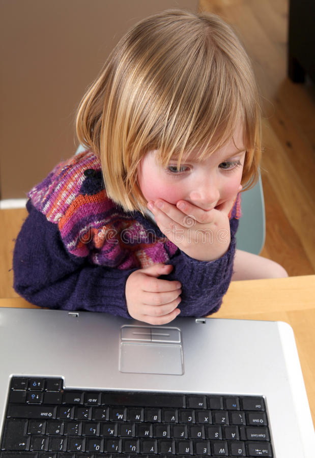 Funcionamiento de la computadora portátil del niño imagen de archivo libre de regalías