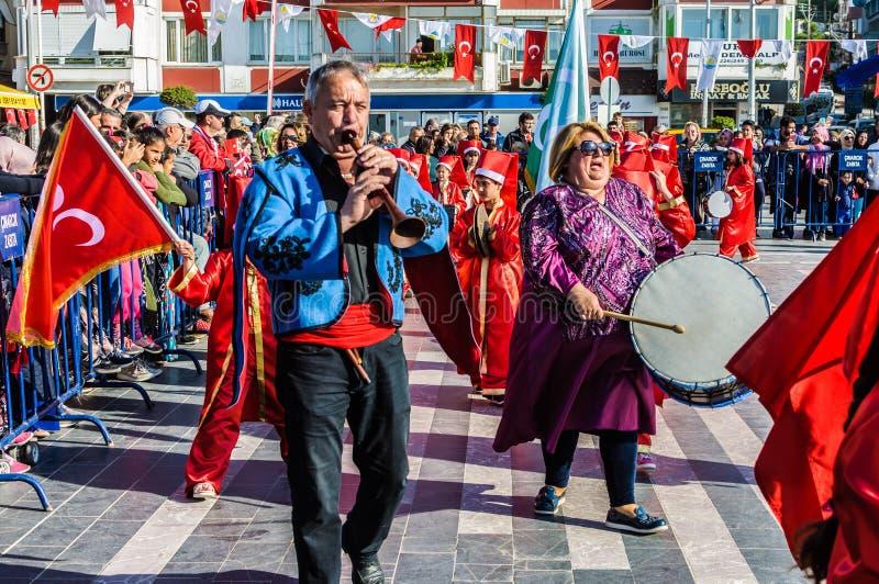 Funcionamiento de la danza popular en celebración del día del ` nacional s de la soberanía y de los niños - Turquía foto de archivo libre de regalías