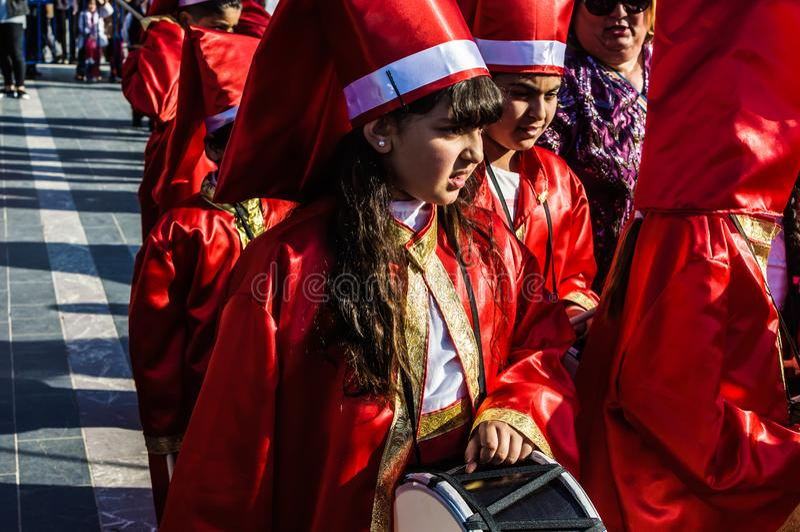 Funcionamiento de la danza popular en celebración del día del ` nacional s de la soberanía y de los niños - Turquía fotos de archivo libres de regalías