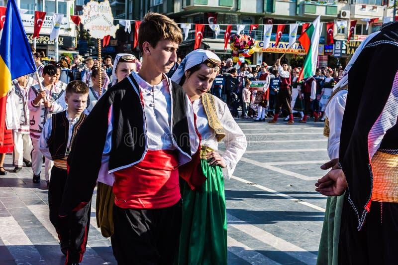 Funcionamiento de la danza popular en celebración del día del ` nacional s de la soberanía y de los niños - Turquía imágenes de archivo libres de regalías