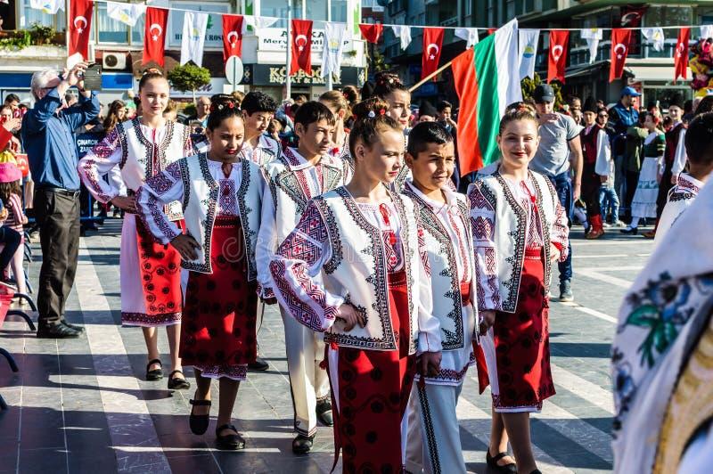 Funcionamiento de la danza popular en celebración del día del ` nacional s de la soberanía y de los niños - Turquía imagenes de archivo