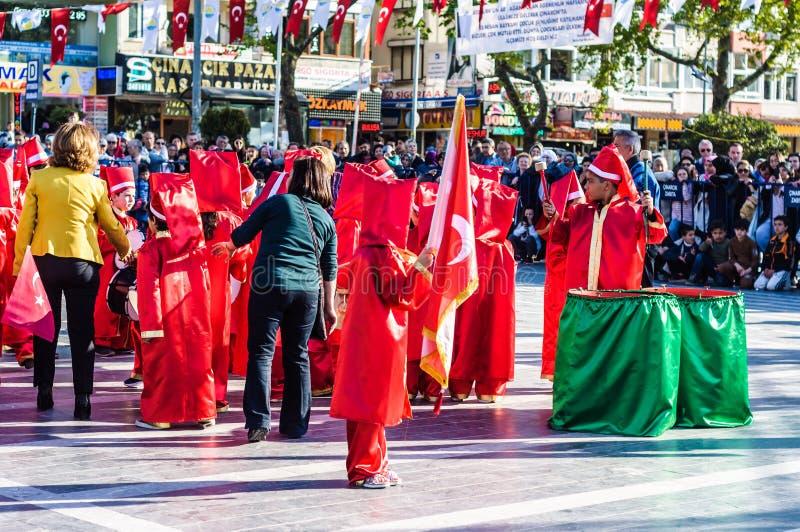 Funcionamiento de la danza popular en celebración del día del ` nacional s de la soberanía y de los niños - Turquía fotografía de archivo