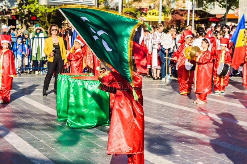 Funcionamiento de la danza popular en celebración del día del ` nacional s de la soberanía y de los niños - Turquía imagen de archivo libre de regalías
