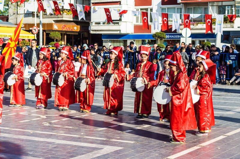 Funcionamiento de la danza popular en celebración del día del ` nacional s de la soberanía y de los niños - Turquía fotos de archivo