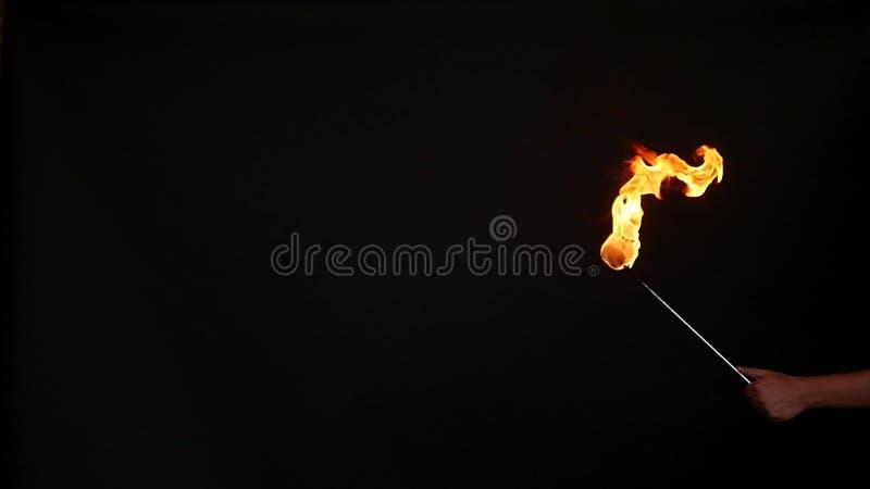 Funcionamiento de la demostración del fuego Un hombre escoge la gasolina en una antorcha, cámara lenta fotografía de archivo